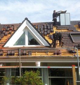 Dachdecker beim Dachdecken