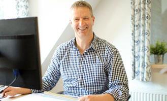 Fred Melius vor dem PC